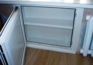 Как сделать холодильник под окном в кухне
